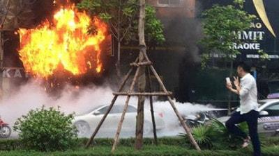 Nam thanh niên chụp ảnh tự sướng giữa đám cháy