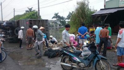 Người dân gom 800 con vịt giúp lái xe