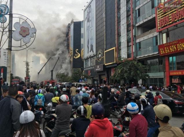 Người dân hiếu kỳ xem đám cháy ở Trần Thái Tông