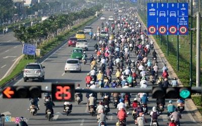 Xe máy chiếm làn đường ô tô