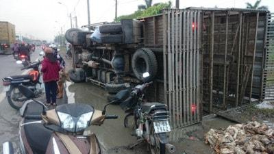 Xe tải bị lật tại Quốc Lộ 1