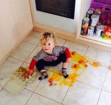 Trẻ nhỏ nghịch ngợm