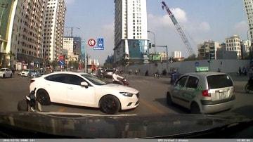 Xe máy rẽ trái sai quy định