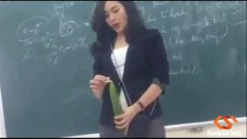 Cô giáo hướng dẫn sử dụng bao cao su