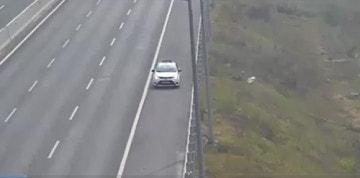 Taxi chạy ngược chiều trên cao tốc