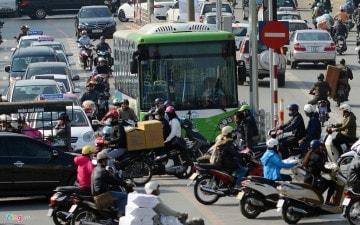 Xe máy chặn đường xe buýt BRT