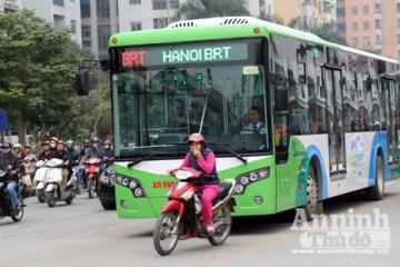 Xe máy tạt đầu xe buýt nhanh BRT