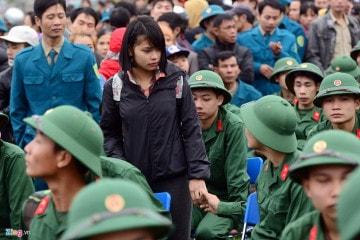 Các thanh niên lên đường ngập ngũ