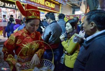Người dân mua vàng cầu may